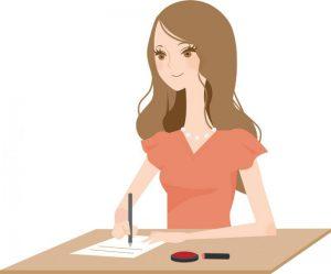 車関係の書類を書く女性
